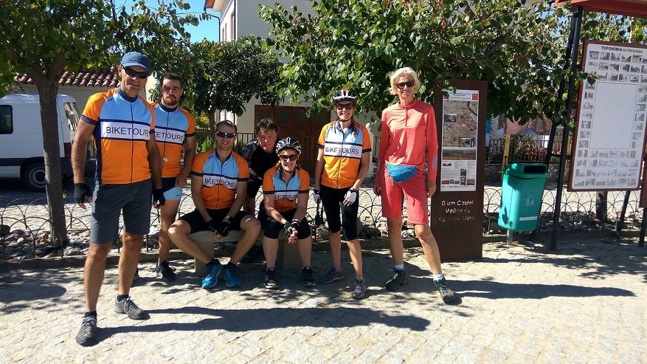 Group photo bike tour in douro valley